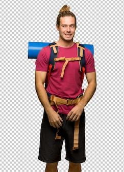 Randonneur homme avec mountain backpacker est un peu nerveux et peur en appuyant sur les dents