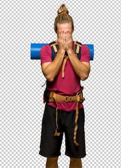 Randonneur homme avec sac à dos montagne avec expression fatiguée et malade