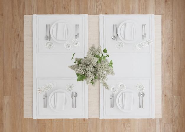 Réglage de la table blanche avec vase à fleurs