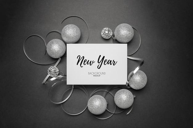 Restes de fête du nouvel an avec des tons argentés sur un élégant blanc