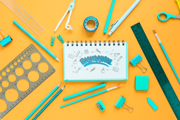 Retour à l'arrangement scolaire avec des fournitures turquoise