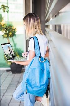 Retour au concept de l'école avec une fille utilisant un ordinateur portable
