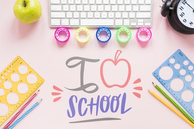 Retour aux fournitures scolaires sur fond rose