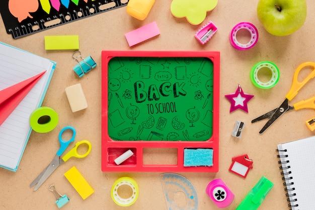 Retour aux fournitures scolaires avec tableau vert et craie