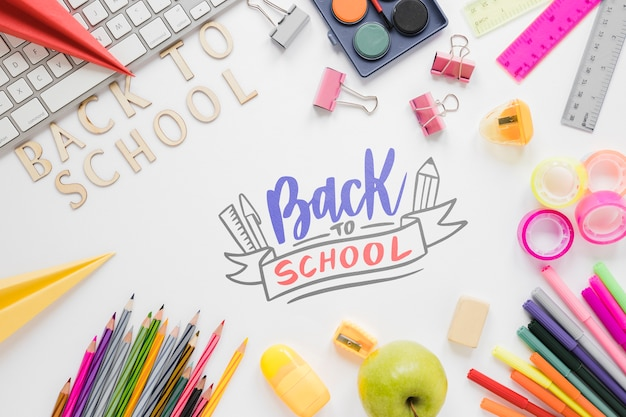Retour à l'école des fournitures colorées pour les enfants
