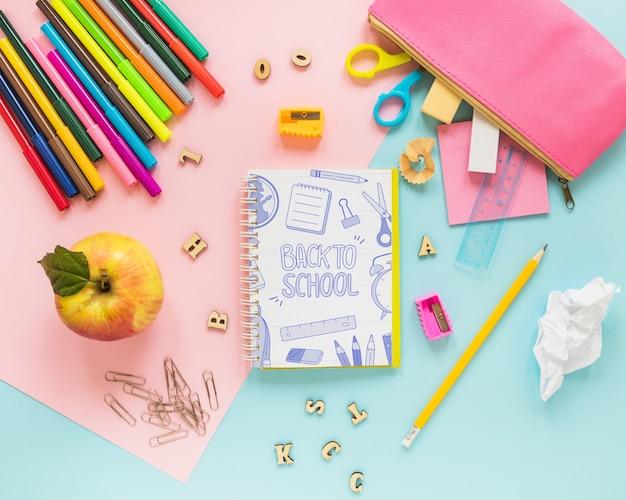 Retour à la maquette d'école avec cahier