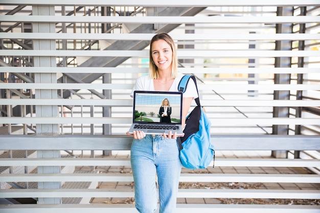 Retour à la notion d'école avec une fille présentant un ordinateur portable