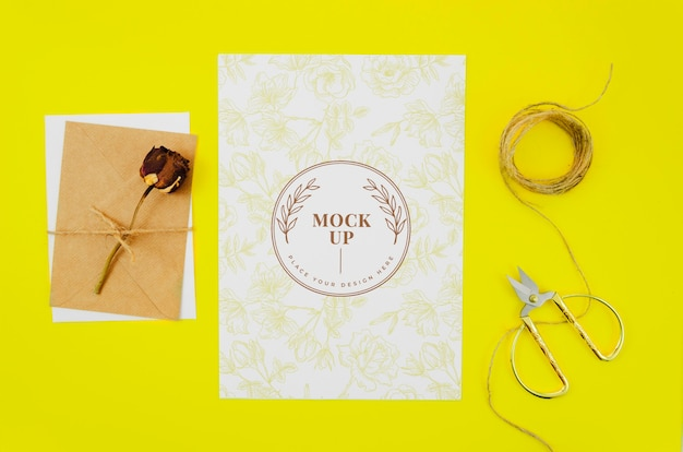 Rose séchée sur maquette botanique de lettres