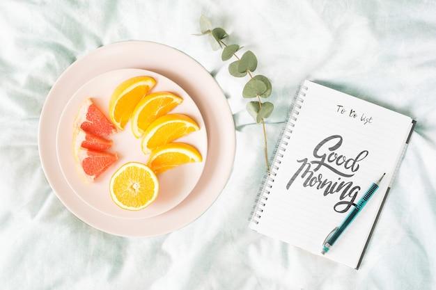 Sain commence petit-déjeuner avec des fruits
