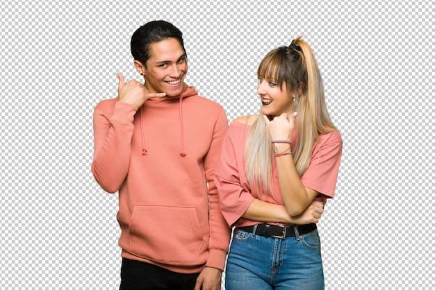 En saint valentin jeune couple faisant un geste de téléphone. rappelle-moi