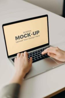 Saisie d'un écran d'ordinateur portable maquette au bureau à domicile intérieur