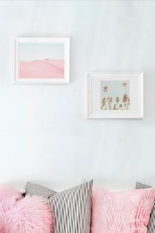 Salon avec cadre mural