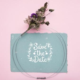 Sauvez la maquette de date et les fleurs séchées