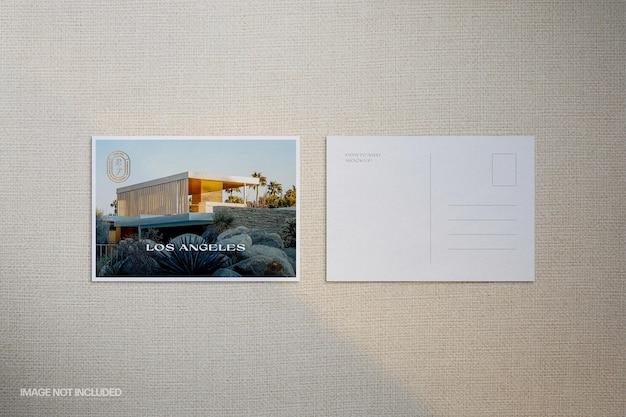 Scène de maquette de carte postale à feuille chaude