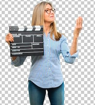 Senior belle femme avec un battant de cinéma