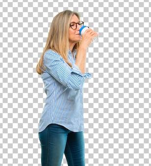 Senior belle femme avec un café à emporter