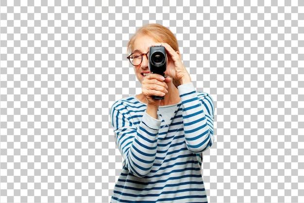 Senior belle femme avec une caméra de cinéma vintage