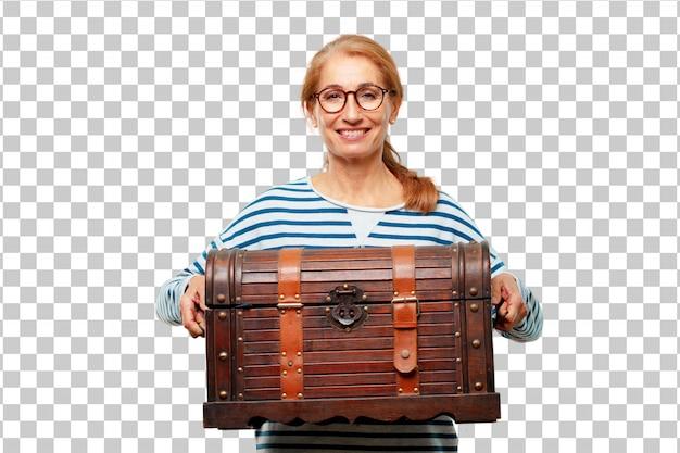 Senior belle femme avec un coffre de pirate