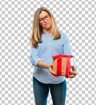 Senior belle femme avec concept de boîte cadeau