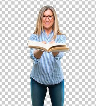Senior belle femme avec un livre