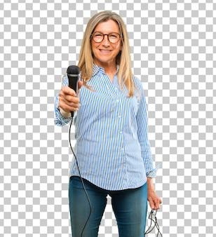 Senior belle femme avec un micro