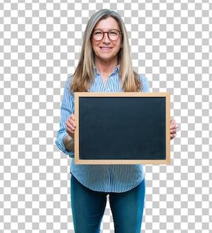 Senior belle femme avec une pancarte