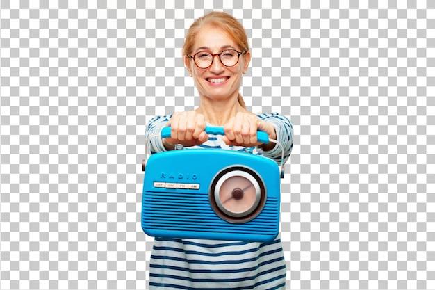 Senior belle femme avec une radio vintage