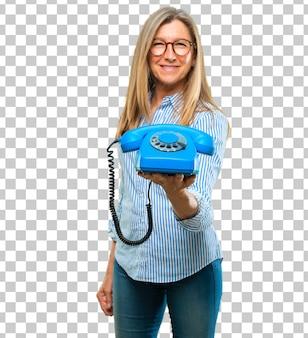 Senior belle femme avec un téléphone vintage