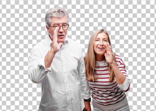 Senior cool mari et femme se penchant en avant et murmurant un secret