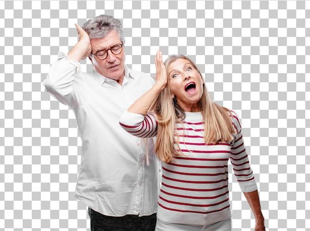 Senior mari et femme cool réalisant avec bonheur de bonnes et surprenantes nouvelles