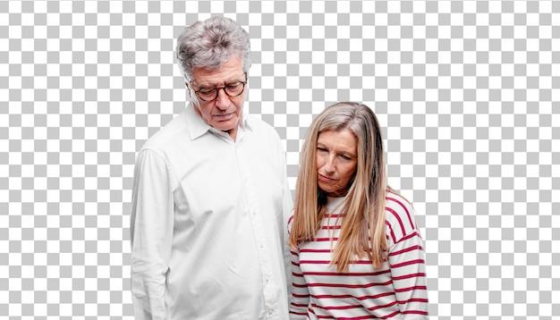 Senior mari et femme cool avec un regard triste de déception et de défaite