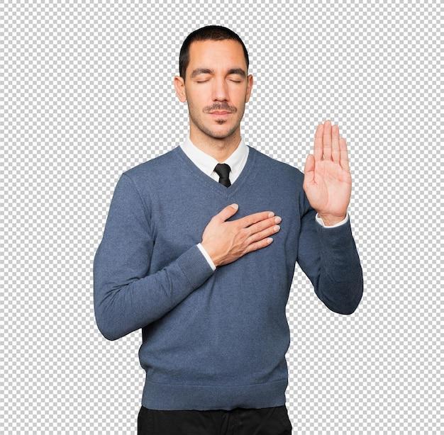 Sérieux jeune homme avec un geste de serment