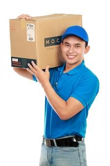 Service de livraison de l'homme avec le paquet de maquette isolé sur blanc