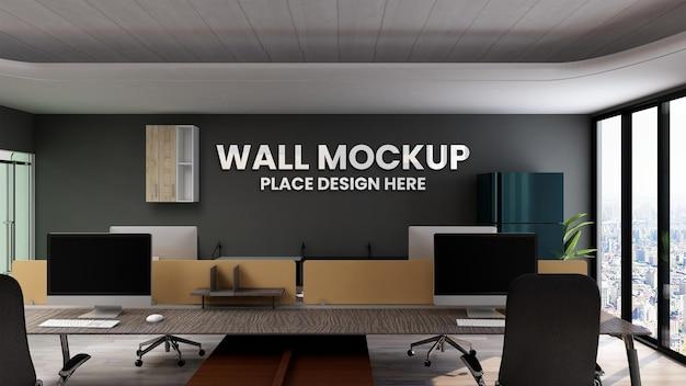 Signe de maquette de logo 3d dans le lieu de travail de bureau mur noir