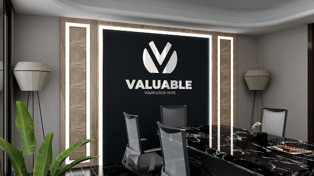 Signe de maquette de logo dans la salle de réunion du bureau avec un design d'intérieur de luxe
