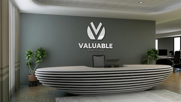 Signe De Maquette De Logo De Luxe Dans La Salle De Bureau De L'hôtel Réceptionniste PSD Premium