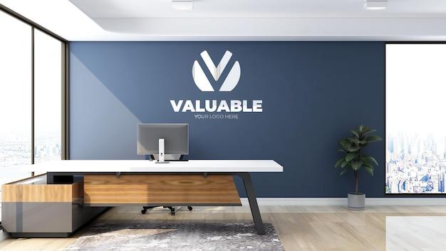 Signe de maquette de logo de luxe dans la salle de bureau intérieure de la réceptionniste avec mur bleu