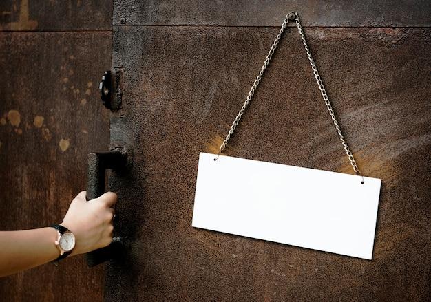 Signe de papier vierge est accroché sur le mur