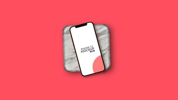 Smartphone incliné sur maquette de pièce de marbre isolée