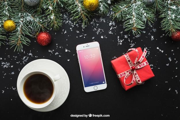 Smartphone et maquette de café avec la conception de noël