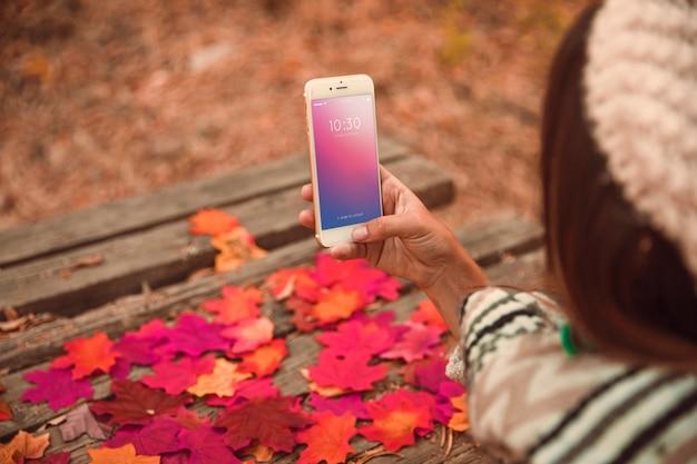 Smartphone maquette avec le concept d'automne