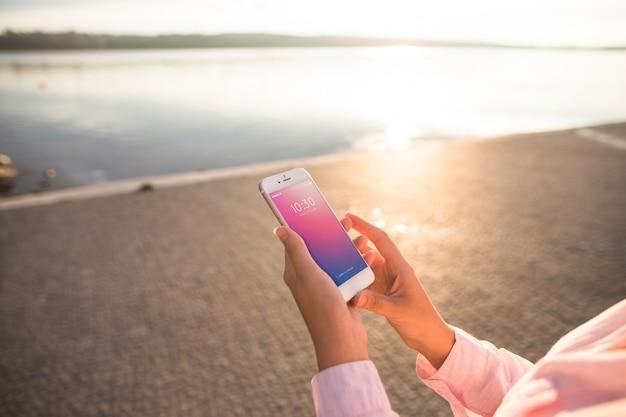 Smartphone maquette avec une femme à la plage