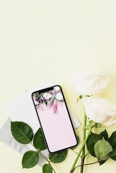 Smartphone maquette et fleurs