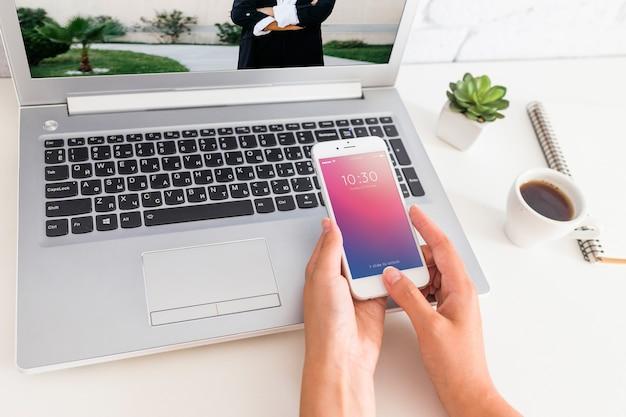 Smartphone maquette avec un ordinateur portable et concept d'espace de travail