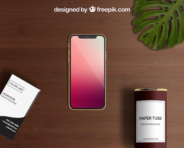 Smartphone et maquette de tube de papier avec carte de visite