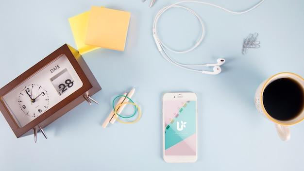 Smartphone mockup avec poster des notes et des éléments