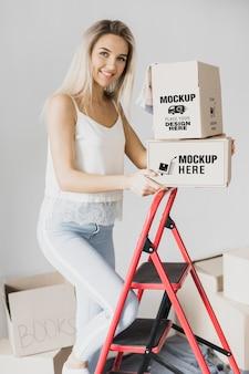 Smiley femme tenant des boîtes