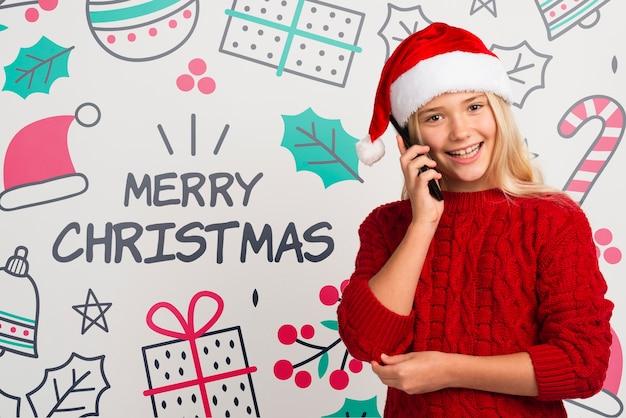 Smiley jeune fille parle au téléphone