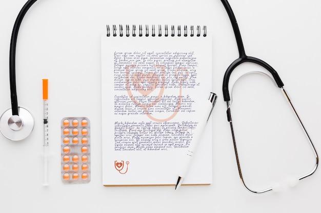 Stéthoscope et pilules vue de dessus