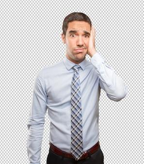 Stressé jeune homme faisant un geste de dépression